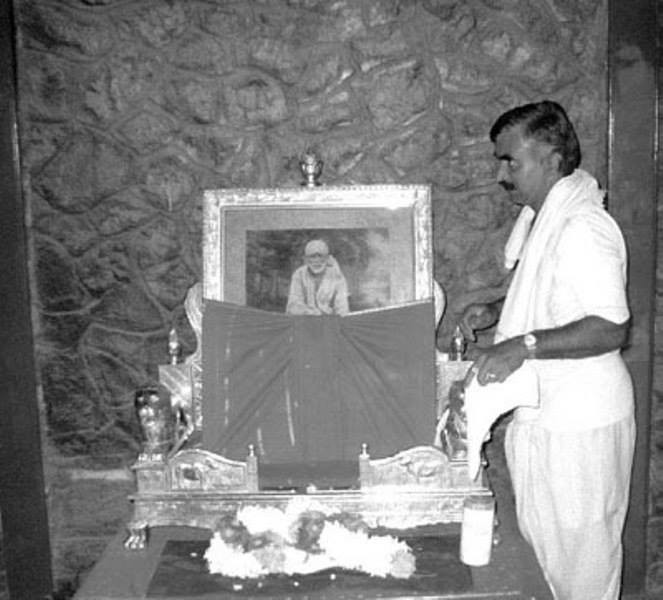 inside chavdi in shirdi old picture